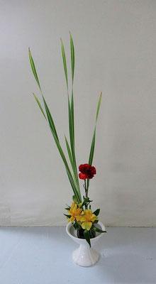 2020.5.27 <縞蒲(シマガマ) カーネーション アルストロメリア> Kellyさんの作品です。余った花材で二作目。