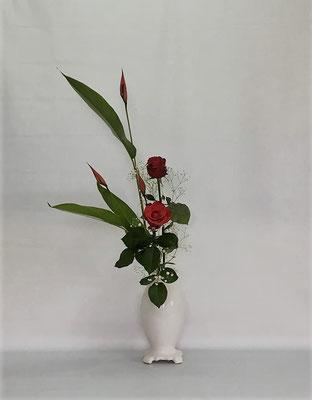 2018.7.10 <ヘリコニア 薔薇 かすみ草> Kazukoさんの作品です。最近あまり使用していなかった『あすか』という花器にいけてもらいました。