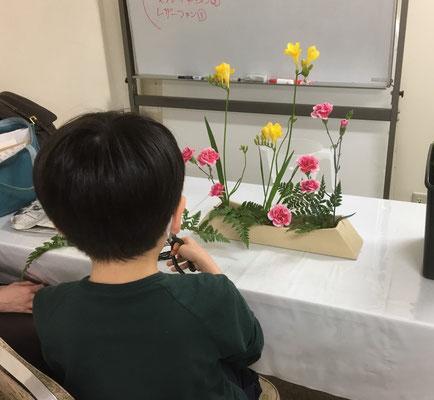 新型コロナウイルスの関係で学校はお休み、外出自粛となり、お稽古は2月26日以来です。花材を見て自分で花器と花型を考えました。