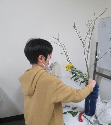 瓶花・直立型のお稽古です。旺盛な小枝を随分整理して、小菊の花の整理もして難しかったと思います。よく頑張りましたね。