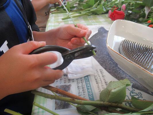 花バサミの使い方をおさらいします。