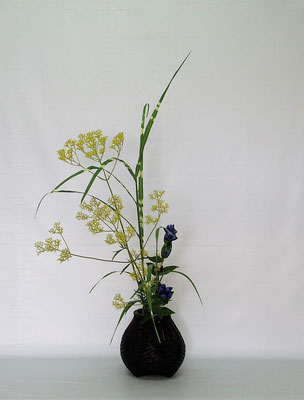 2020.8.25 <女郎花(オミナエシ) 矢羽根薄(ヤバネススキ) 竜胆(リンドウ)> Tamikoさんの作品です。秋草を籠にいけてみました。