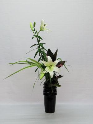 2019.8.20 <LA百合 枝段竹 赤ドラセナ> Tamikoさんの作品です。開花して白さが際立つ百合を主材にしての瓶花です。