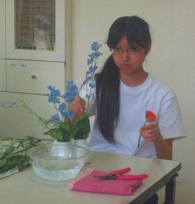 今日は剣山を使えない花器なので『草留め』の方法を用いていけます。