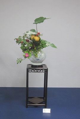 展示3日目、我が家で水揚げをしていたハマナスの蕾が開花したのでいけ替えてみました。