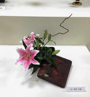Chiakiさんの作品です。初めての花展参加です。大切にしていた趣のある文箱(ふばこ)を器に使用しました。どっしりと重量感がある器でしたのでオリエンタルリリー・ソルボンヌの柔らかなピンクと動きの感じられる蔓梅擬と利休草を添えました。