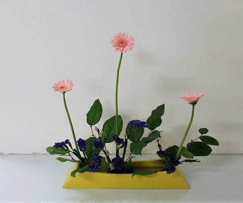 2021.1.27 <ガーベラ スターチス レモンリーフ 赤芽柳(アカメヤナギ)> Ittsuちゃんの作品です。勢いのあるピンクのガーベラを役枝にしてならぶかたちのお稽古です。