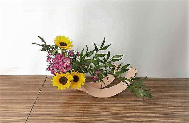 <向日葵 ワックスフラワー 笹葉ルスカス> Tamikoさんの作品です。花ものの取り合わせを複数花器にいけてみました。遊び心と楽しさが伝わる作品です。