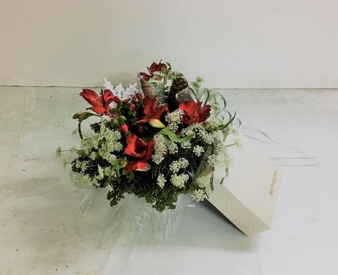 2018.12.19 <アルストロメリア ヒペリカム レースフラワー ヒバ> Akikoさんの作品です。