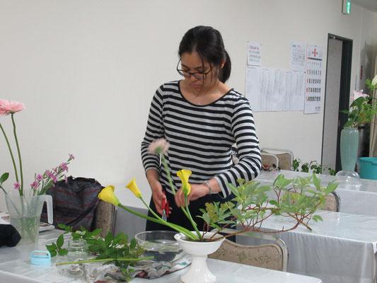 ひらくかたちの多面性は来年以降から外れるらしいが・・・。花材が豊富な時には華やかにいけてみるAkikoさん。