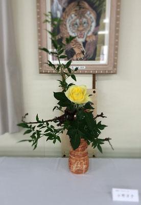 背景が気になりますが、会場の都合によりやむをえません。お花屋さんで魅せられた薔薇を志野焼の花瓶にいけてみました。