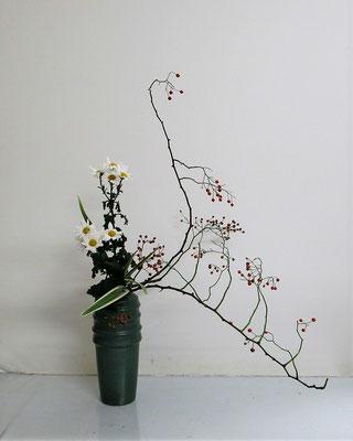 2020.11.11 <野茨(ノイバラ) 小菊 キキョウラン> Katsurakoさんの作品です。野茨の自然な動きを見て枝の配置を考えました。