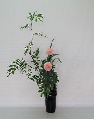 2020.7.28 <ナナカマド オランダ玉菊 キキョウラン> Tamikoさんの作品です。淡いピンクのピンポン菊が優し気で上品です。