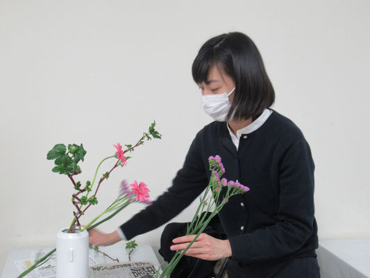 花瓶の枝の留め方を復習しました。スターチスの位置を考えながら合わせています。