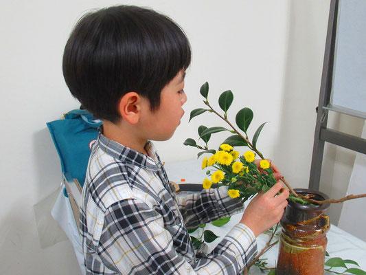 このようなスプレーマム(小菊)は、客枝としては難しかったと思いますが小さな花が群れて可愛いらしい表情に仕上がったと思います。
