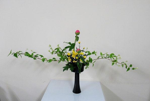 2020.5.27 <梅花空木(バイカウツギ) 芍薬(シャクヤク) 小菊> Qianさんの作品です。