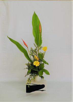 <ヘリコニア ガーベラ レモンリーフ ヒバ> Tamikoさんの作品です。ヘリコニアの長さを活かしたダイナミックな作品に仕上がりました。