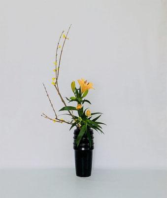 <連翹(レンギョウ) 透かし百合> 本当はこれにドラセナ・サンデリアーナが取り合わせてあったのですが、ドラセナと百合の葉の形状が重複してうるさく感じたので2種でいけてみました。Kumikoさんの作品です。
