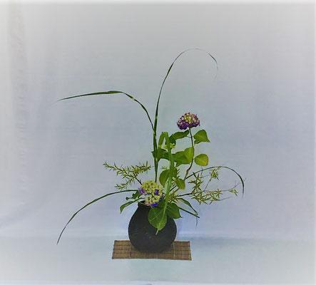 <雪柳 紫陽花 矢羽根薄> Tamikoさんの作品です。