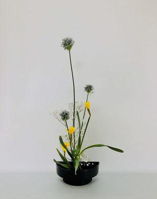 <アリウム ラッパ水仙 かすみ草> ラッパ水仙の葉の状態が悪かったのですが、そこは経験値のある技でカバーしました。Tamikoさんの作品です。