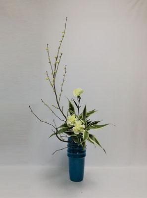 2019.1.24 <土佐水木(トサミズキ) カーネーション ドラセナ・サンデリアーナ> Atsukoさんの作品です。