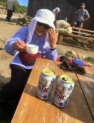 石室到着! 早速、雪渓で冷やしたビールで安着祝い。「カンパ~イ!」