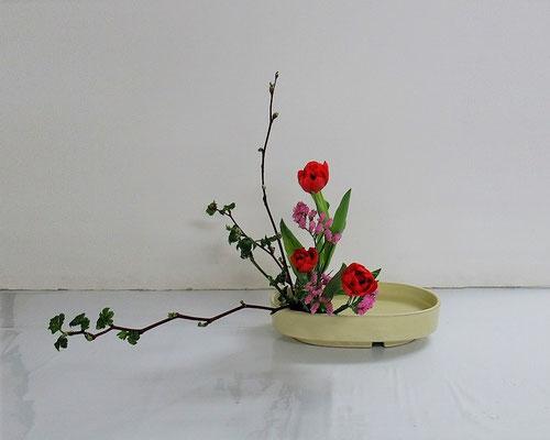 2020.3.11 <芽出し木苺 チューリップ スターチス> Katsurakoさんの作品です。初めての傾斜型です。
