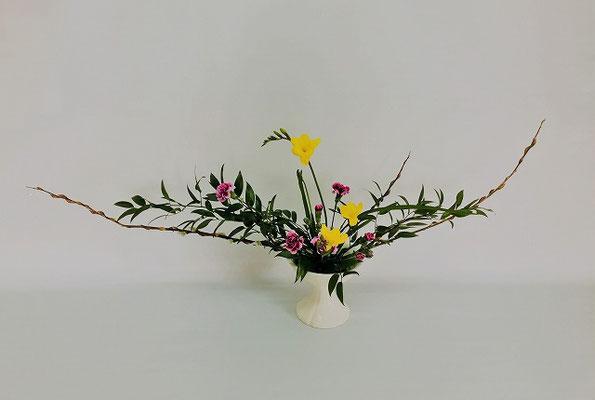 <赤芽柳 笹葉ルスカス フリージア スプレーカーネーション > Chiakiさんの作品です。