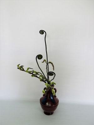 2021.4.6 <キブシ ゼンマイ> ゼンマイは春先の頃だけに使われる花材です。短い期間しか楽しむことができない花材で小品花のお稽古です。Tamikoさんの作品です。
