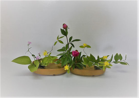 <芍薬 未央柳 撫子 鳴子百合 擬宝珠> Kumikoさんの作品です。 未央柳や撫子は、結構おしゃべりでその表情に風情を感じます。