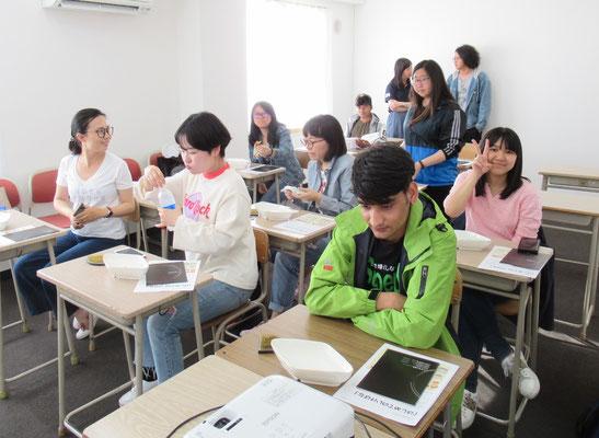 教室に集まり、にこやかな表情の留学生のみなさん。
