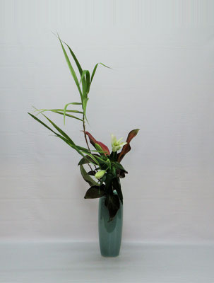 2019.8.20 <枝段竹 LA百合 赤ドラセナ> Kumikoさんの作品です。まるで風を受けているような風情の枝段竹が効果的に季節感を演出しています。