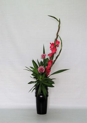 2020.8.25 <グラジオラス 薔薇(バラ) ドラセナ・ソング・オブ・ジャマイカ> Chiakiさんの作品です。華やかな取り合わせで瓶花のお稽古です。