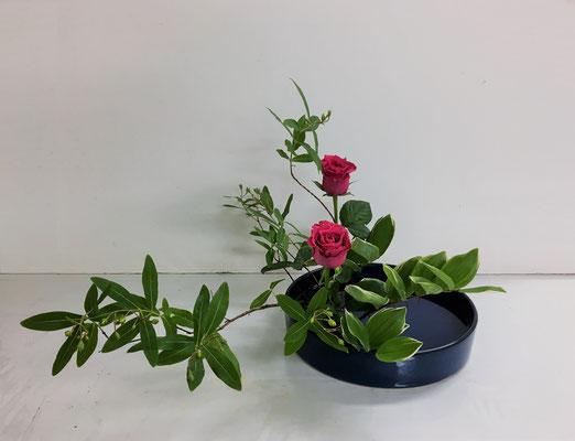 2019.6.26 <未央柳(ビヨウヤナギ) 薔薇(バラ) 鳴子百合(ナルコユリ)> Akikoさんの作品です。傾斜型のお稽古、頑張りましたね。