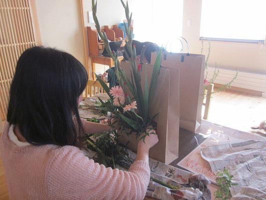 お花の足元を締めて美しく仕上げます。
