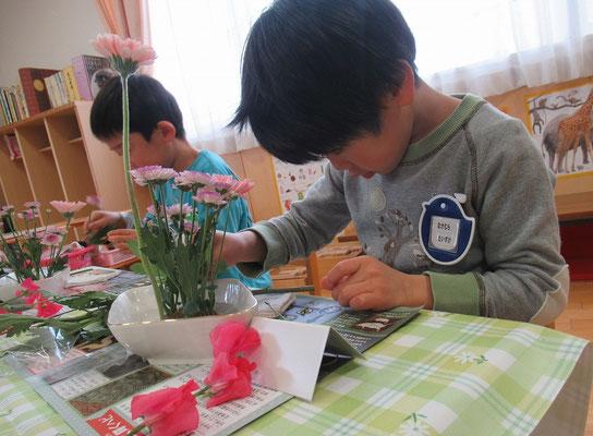 小菊は思い思いの長さに切りますが、リズム感よく長短をつけてね。