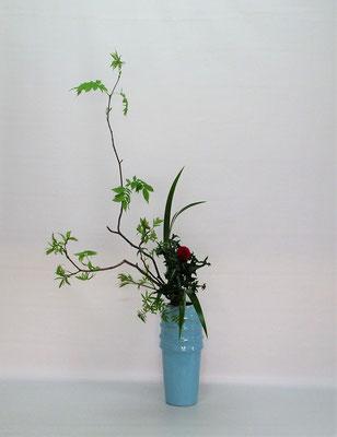 2021.4.20 <芽出しナナカマド 薊(アザミ) 著莪(シャガ)> 自然感を醸し出す取合せの瓶花は、Tamikoさんの作品です。
