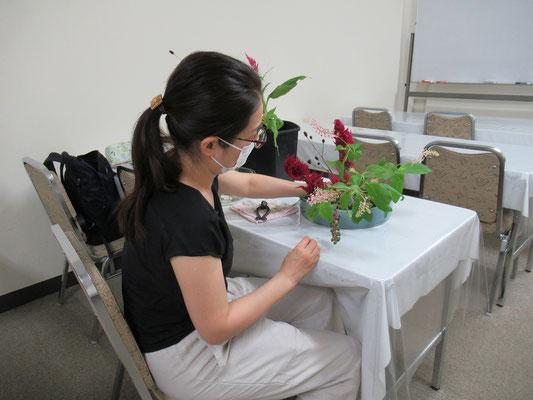 観水型のお稽古をしているKatsurakoさん。花の顔をよく観察して表情の合わせ方がとても上手です。