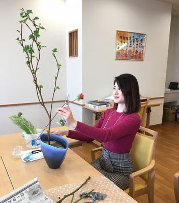 アネモネの顔の表情を見極めるNatsumiさん。小原流ではあまり使用しない形の花器ですが、この日はこの花器に「たてるかたち」を。