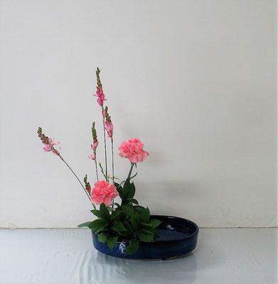 2021.4.28 <イキシア カーネーション 丸葉ルスカス> Ittsuちゃんの作品です。盛花・直立型のお稽古です。