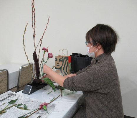 赤芽柳の枝のしなやかさを活かし、タメを効かせていけています。