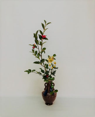 <山茶花 菊> Kumikoさんの作品です。山茶花の枝が小振りでしたので、小品花を意識し二種でいけてみました。