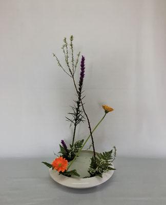 2019.3.5 <リアトリス 雪柳 ガーベラ レザーファン> Chiakiさんの作品です。「花奏」の初めてのお稽古です。