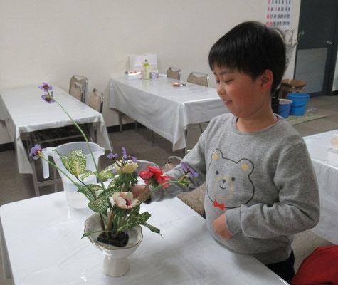 初めて取り扱う花材です。名前を確認しながら楽しそう。