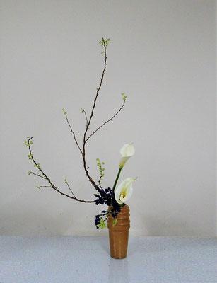 2020.3.25 <金葉コデマリ カラー スターチス> Atsukoさんの作品です。金葉コデマリの枝ぶりを意識していけました。