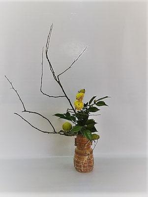 10/24 <実木瓜 オランダ玉菊 山茶花> Tamikoさんの作品です。