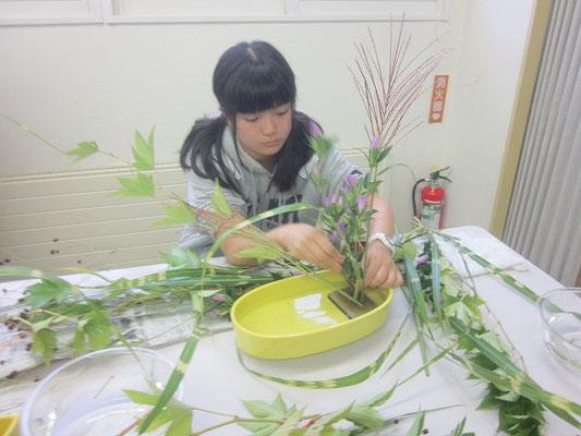 「草花が風に揺れるようにね・・・」と、難しい注文をつけ、イメージを膨らませる。