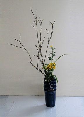 2021.1.20 <梅(ウメ) 小菊 キキョウラン> Rikuくんの作品です。梅の芳しい香りが漂ってきそうな雰囲気です。