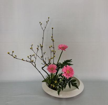 <山茱萸(サンシュユ) ガーベラ レザーファン> Chiakiさんの作品です。