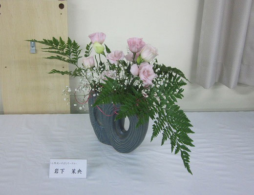 Maoさんの作品です。花型にあまりこだわらずに花器と花材を見て、自由にいけてみました。奇抜さや凝った演出はありませんが、やさしさに溢れた作品だと思います。